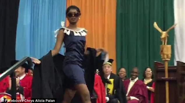 戏精!南非女子毕业典礼上走猫步全场沸腾