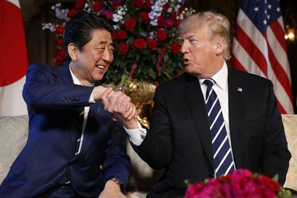 """日本首相又尴尬了!特朗普会晤安倍又现""""握手杀"""""""