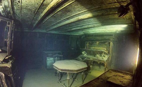 美摄影师探秘湖底百年沉船 船体保存完好震撼人心