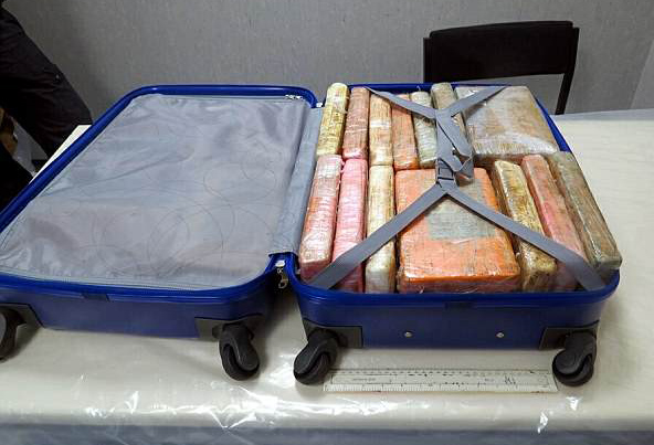英破获大型毒品走私案 机场工作人员被收买成帮凶