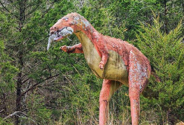 美全球最大恐龙公园火灾后雕塑破败令人叹息