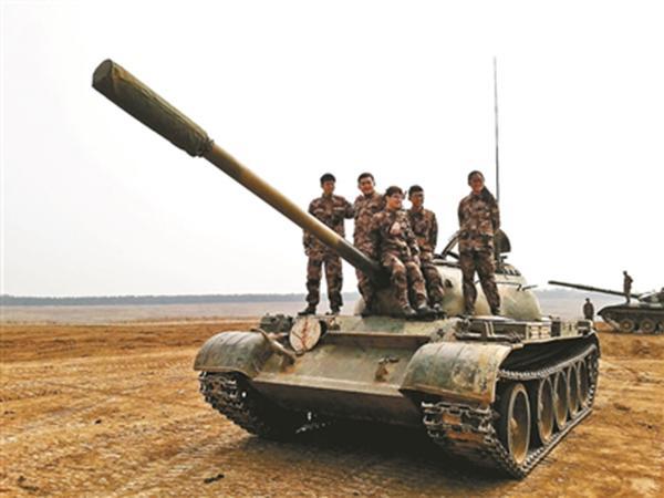 """揭秘全国唯一""""开坦克""""专业:没驾照的女大学生学会了开坦克"""