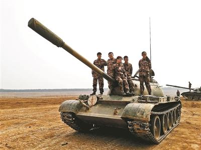 """揭秘北理工全国唯一""""开坦克""""专业:没驾照女大学生学会了开坦克"""