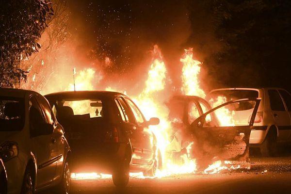 法国图卢兹骚乱再起 29辆车被烧5人被逮捕