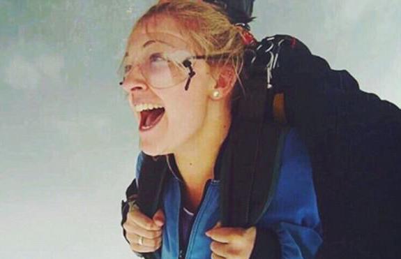 澳大利亚妹子首次尝试跳伞遭遇意外致重伤