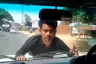 印男子抗议被官员座驾顶车前行驶2公里