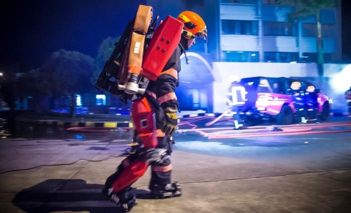 专用于火灾现场 消防员外骨骼可助其轻松迈步