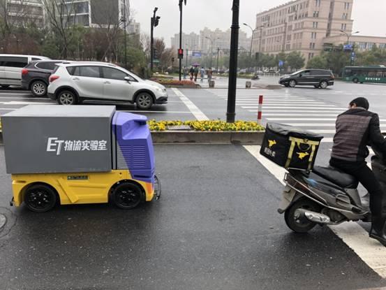 菜鸟开启无人车暴力路测试:可紧急制动 商用在即