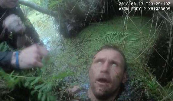 现世报?美嫌犯偷窃车牌后逃跑却深陷沼泽