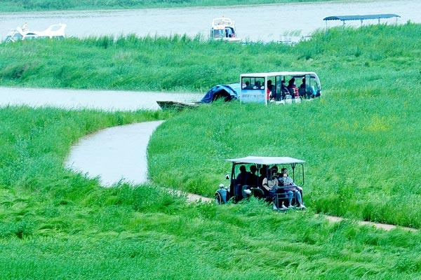 江西上饶:雨季将至湖水上涨 鄱阳糊畔呈现最美水上公路