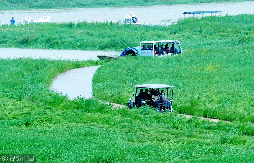 江西上饶:雨季将至湖水上涨 鄱阳湖畔呈现最美水上公路