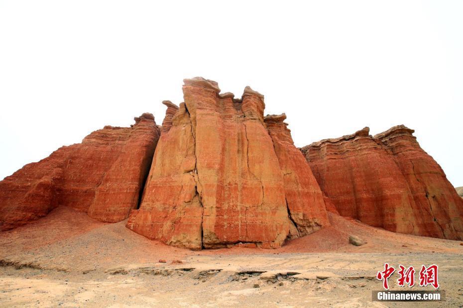 """新疆托克逊县天山深处隐匿""""红色城堡"""""""