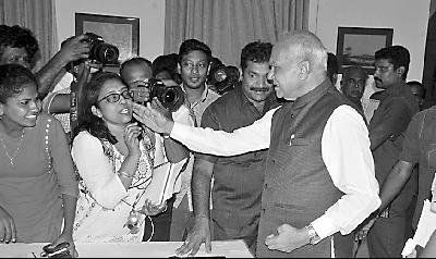 """印邦长拍女记者脸  是""""爱的表达""""还是骚扰犯罪?"""