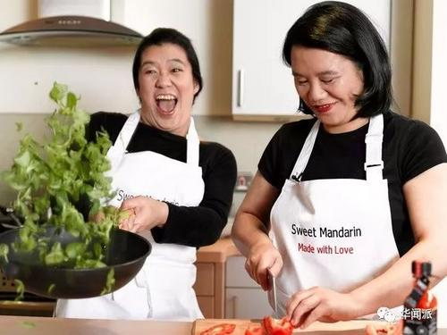 中国侨网Helen(左)和Lisa。(英国《华闻周刊》微信公众号 资料图)