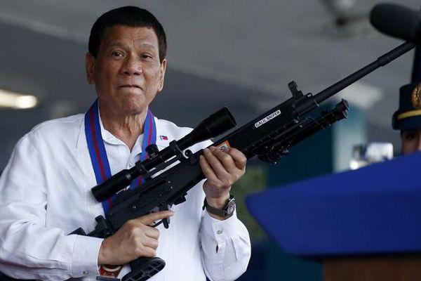 杜特尔特任命菲律宾新国家警察局局长 手持步枪威风凛凛