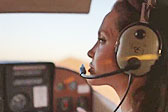 无所不能!安吉丽娜·朱莉驾驶飞机飞过沙漠