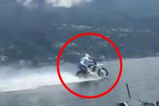 """技高人胆大!意车手驾摩托车""""水上漂""""越过湖面"""