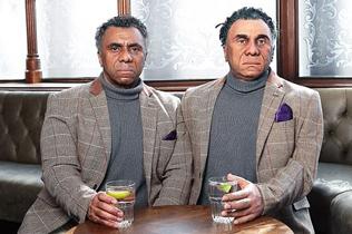 """真假难辨!""""类人机器人""""现身英国酒吧"""