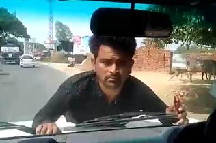 印男子抗议不成趴官员座驾车前盖上被拖行2公里