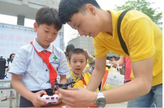 无人机亮相中小学科技节
