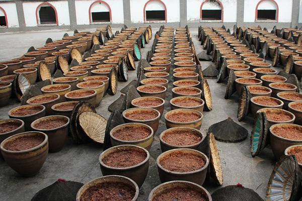 重庆5000个大酱缸酿造火锅底料 整齐排列场面壮观