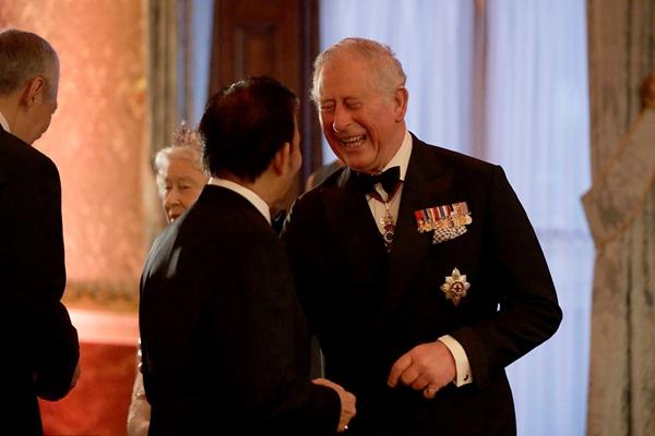 查尔斯王子被举荐任联邦元首 晚宴上被拍到与人笑谈