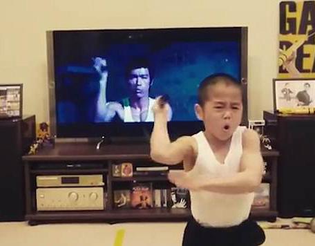 日8岁男孩模仿李小龙玩双节棍 动作有模有样
