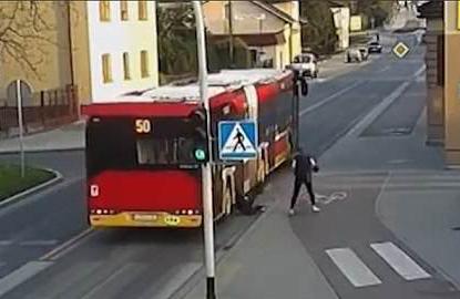 玩笑过头了!波兰女子马路上推倒朋友致其险被车碾