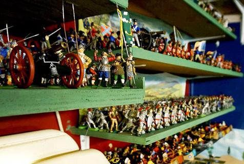 英居民收藏25万件军队小玩偶 摆满整个大车库