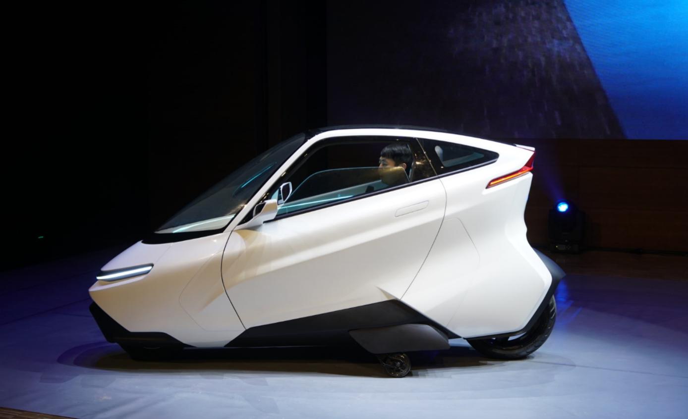 全球首例两轮汽车上路 汽车行业迎来重大突破
