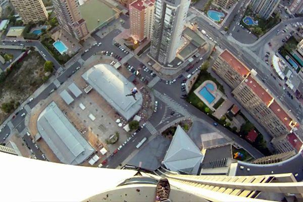 惊险!美小哥组团爬上西班牙高楼起重机玩跳伞