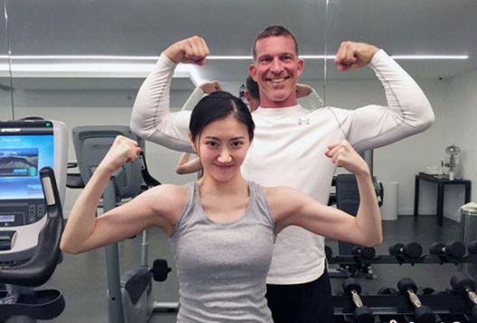 谁说肌肉是男人的专利?来看看这些女星秀肌肉的画面