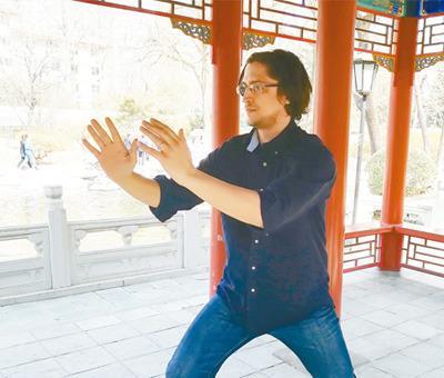 中国侨网2018年3月,皮埃罗·切拉罗斯在人民日报社的金台园里打太极拳。   本报记者 王斯雨摄