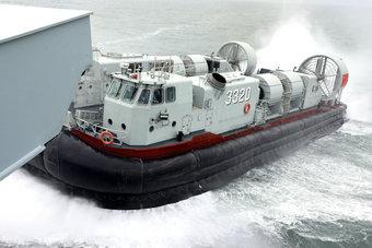 中国登陆舰在南海大规模实战演习