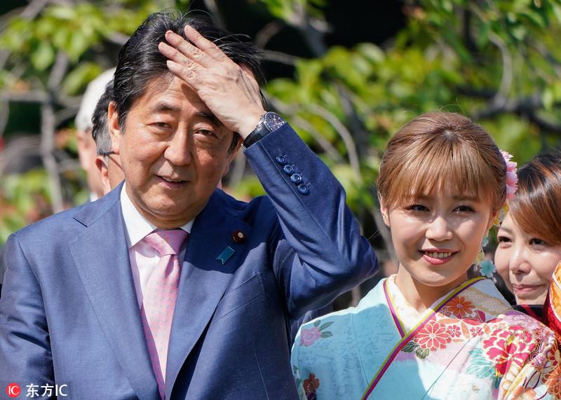 日首相安倍举办赏樱大会 飞奔迎接宾客大秀热情