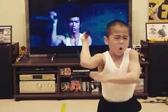 日8岁男孩模仿李小龙 动作有模有样