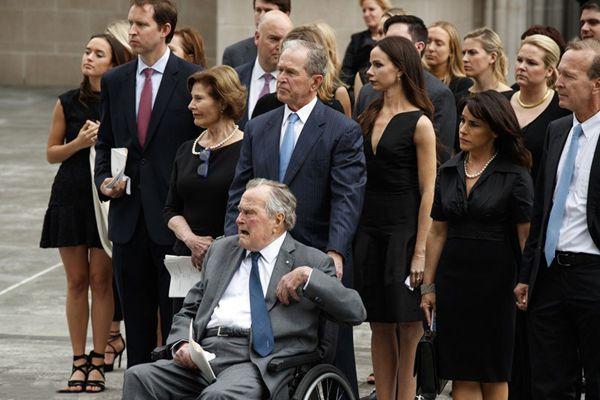 老布什夫人芭芭拉葬礼举行 上千亲朋送行