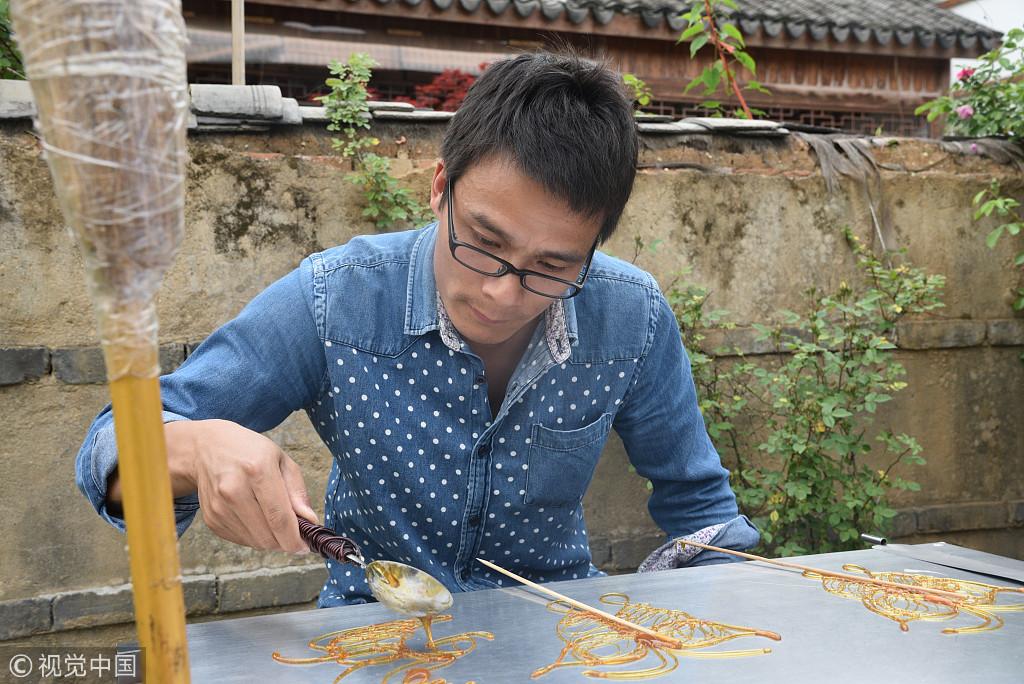 南京小伙高中毕业继祖辈手艺做麦芽糖画 月入两万多