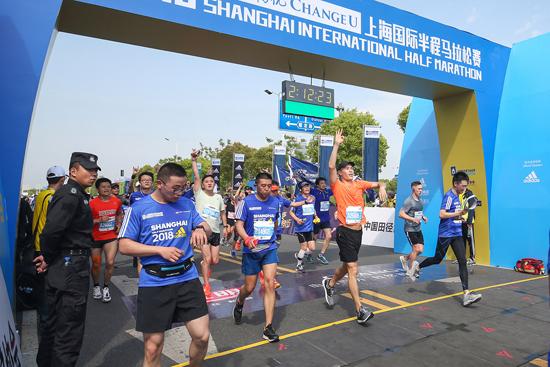 杨祐宁高温战上海半马 二度拿下专业级赛事