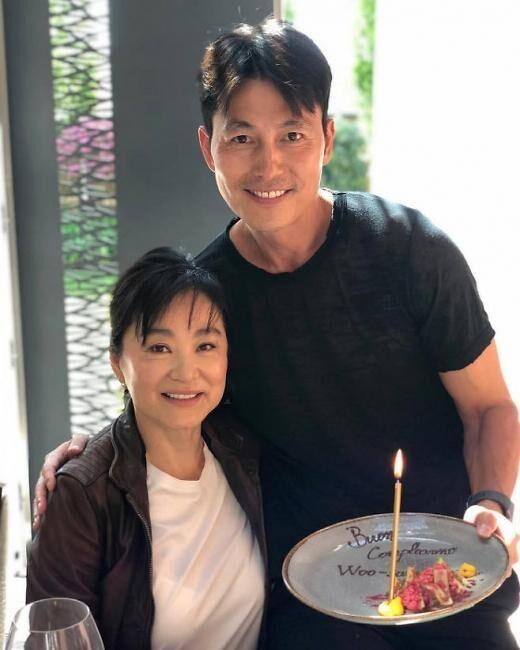 韩演员郑雨盛公开与林青霞合影