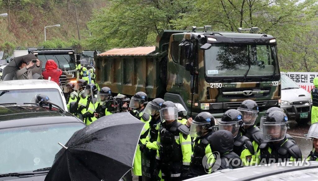 """反""""萨德""""居民强烈抵抗无果:施工车等22辆车进入""""萨德""""基地"""