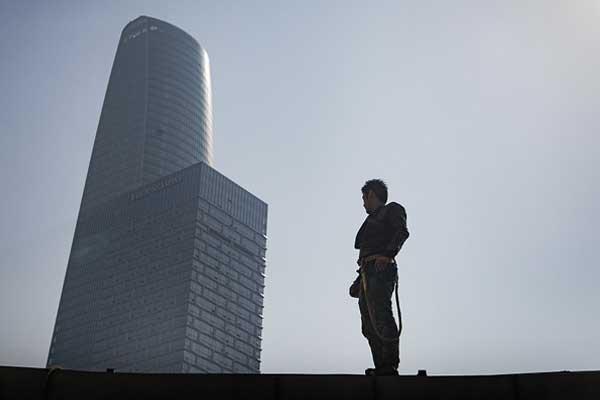 90后小伙穿成蜘蛛侠高空作业 爬遍天津高楼一天赚五百