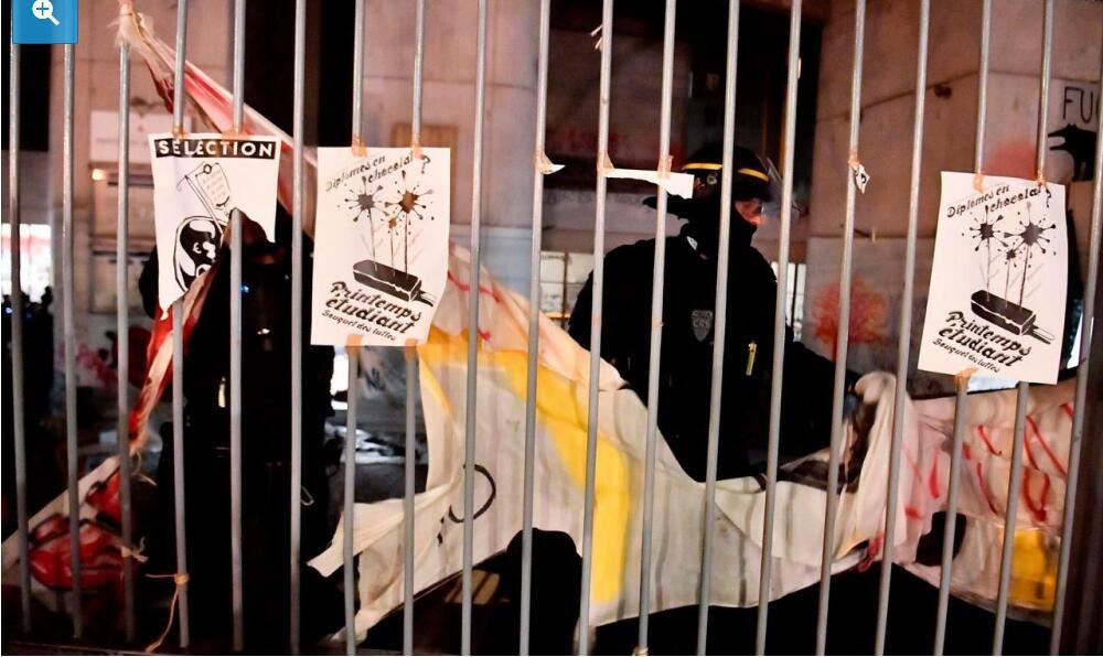 法国抗议学生:警察对待我们就像对待狗一样