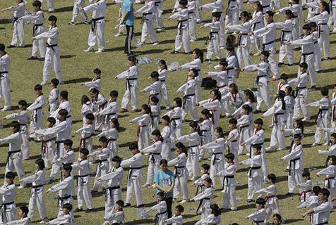 韩8000人集体表演跆拳道 或刷新吉尼斯纪录
