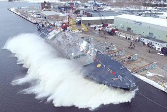 美军新造濒海战斗舰被砸进海里 下水方式好粗暴