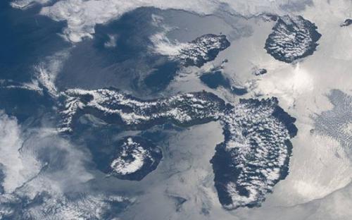 """从太空俯瞰""""迷人岛屿"""":被云雾覆盖 似散落花瓣"""