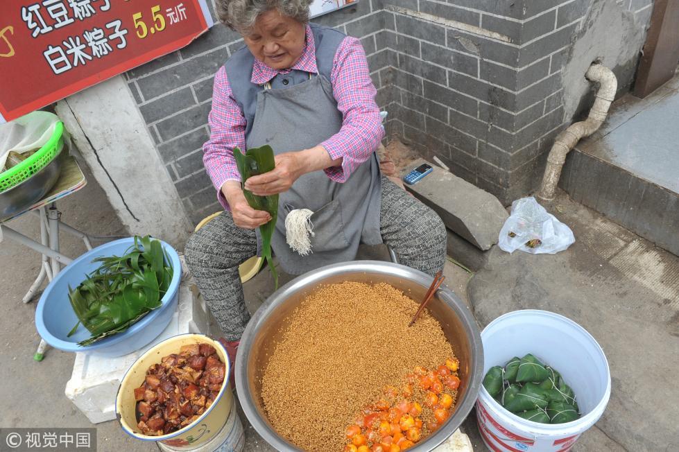 8旬老太现场包粽子 1天要卖七八百只