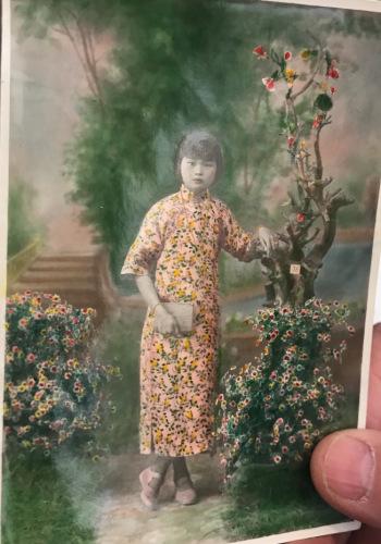 梁晋展示姑姑的照片。(美国《世界日报》/牟兰 翻拍)