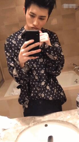 蔡徐坤刷牙发福利 黑发背头手比V字帅气十足