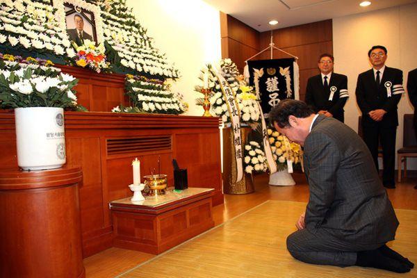 韩国总理李洛渊吊唁抗日爱国志士 下跪默哀